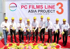 Mitarbeiter von Covestro bei der Grundsteinlegung für die neue Folienproduktion in Thailand, darunter Dr. Thorsten Dreier, globaler Leiter des Folienbereichs (3. v.r.). (Bildquelle: Covestro)