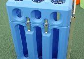 Im Rotationsformverfahren zweiteilig hergestellter Transportwagen für Gasflaschen (Carbagas). Die beiden stabilen und stoßbeständigen hohlen Kunststoffteile sorgen für einen hervorragenden Unfallschutz. Der Wagen wird komplett montiert mit allen Anbauteilen geliefert (Foto: Klaus Vollrath)