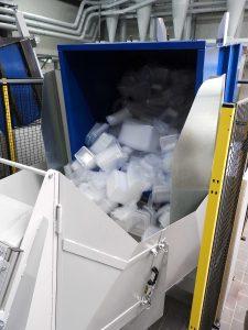 Die vollen Sammelbehälter mit den Thermoforming-Resten aus der Produktion werden vollautomatisiert in einen Übergabetrichter gekippt bis der definierte Entleerungsgrad erreicht ist. Unterstützend lässt sich ein integriertes Vibrationssystem zuschalten.