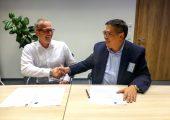 Peter Sudler, Vertriebsleiter SAR, und Richard Yan, CEO Yizumi, nach dem Unterzeichnen der Kooperationsvereinbarung. (Bildquelle: SAR)