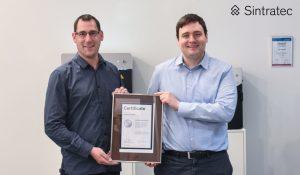 Martin Stöcker von das Dokuteam Nord West empfängt das Reseller-Zertifikat von Dominik Solenicki, CEO der Sintratec. (Bildquelle: Sintratec AG)