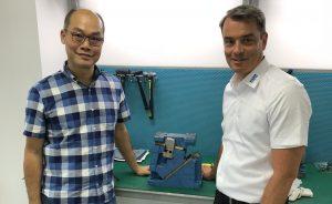 Nicole Shum, Leiter der neuen Vertretung in Dongguan, (links) und Michael Lang, Geschäftsführer bei Strack Norma. (Bildquelle: alle Strack Norma)