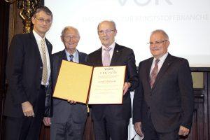 Feierliche Verleihung der goldenen VÖK-Ehrennadel an Georg Tinschert (2. v. r.) (Bildquelle: Wittmann Battenfeld)