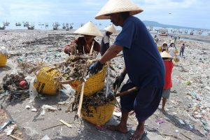 Project Stop - Müllsammler in Muncar, Indonesien. (Bildquelle: System IQ)