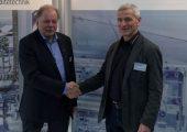 Burkhard Rüssmann, geschäftsführender Gesellschafter L&R Kältetechnik (links) und Frank Schnabel, Schnabel Industrievertretungen, nach der Vertragsunterzeichnung. (Bildquelle: L&R Kältetechnik)