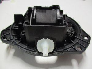 Der Wasserablauf aus PA6 wird mit dem Halter der Emblemkamera aus PA66GF50 verschweißt. (Bildquelle: Evosys)