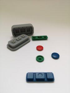Ein im 3D-Drucker entstandenes Werkzeug mit den daraus erzeugten Gummiteilen (Bildquelle: Darko Todorovic)