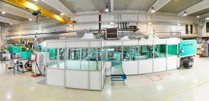 Die Firma Hoefer & Sohn fertigt 3D-Touchfolien für gekrümmte Bauteile. Dazu sind zwei Turnkey-Anlagen von Arburg an einen Reinraum angedockt. (Bildquelle: Hoefer & Sohn)