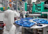 Mit einer Turnkey-Anlage produziert die Firma Leoni vier Gehäusevarianten. Am Drehtisch stellen zwei Sechs-Achs-Roboter die bis zu 40 zu umspritzenden Schrauben pro Gehäuseteil lagerichtig bereit. (Bildquelle: Arburg)