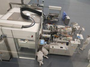 Eine Fertigungszelle im neuen GMP C Reinraum wird gerüstet. (Bildquelle: Ralf Mayer/Redaktion Plastverarbeiter)