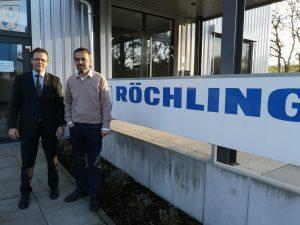 Joachim Lehmann (links), Director Röchling Medical Europe, und Werkleiter Volker Höfling vor dem Eingang des Werks in Brensbach. (Bildquelle: Ralf Mayer/Redaktion Plastverarbeiter)