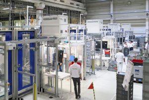 Der Mehrkomponentenprozess läuft auf einer Duo 700 Combi Spritzgießmaschine von Engel. Insgesamt werden im Faurecia Werk Peine auf derzeit fünf Duo Maschinen verschiedene Black-Panel-Bauteile für die Audi Modelle Q8 und Q3 produziert. (Bildquelle: Engel)
