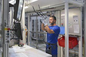 Black-Panel-Bauteile stellen besonders hohe Anforderungen an die Oberflächengüte. Aykut Bozdogan, Spezialist für Kunststoffspritzgießen, ist für die Fertigungsqualität im Faurecia Werk Peine verantwortlich. (Bildquelle: Engel)