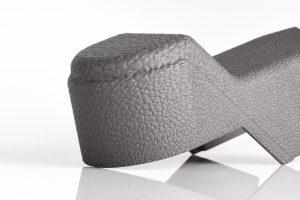 Auch die typischen Haptik- und Oberflächenvorgaben von Interieurteilen können mit additiver Fertigung erfüllt werden. (Bildquelle: Daimler Buses, EOS)