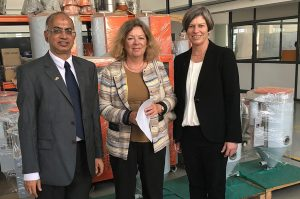 Karin Stoll, der Generalkonsulin der Bundesrepublik Deutschland (Mitte), Srikanth Padmanabhan, Geschäftsführer der motan-colortronic Plastics Machinery India und Sandra Füllsack, CEO der Motan Gruppe am Eröffnungstag des Firmengebäudes. (Bildquelle: Motan)