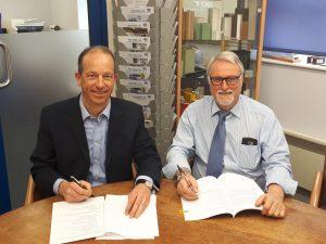 Freuen sich auf die neue System-Partnerschaft in der Pultrusion: Nicolas Beyl, President des Segments Reaktionstechnik der Krauss Maffei Gruppe (links), und Colin Leek, Managing Director Pultrex. (Bildquelle: Krauss Maffei)