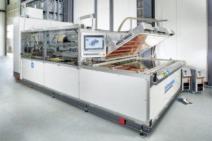 Prozesstechnik zur Konsolidierung von  thermoplastischen Hochleistungsfaser- verbunden (UD-Tapes) auf der Basis der  am Fraunhofer ICT entwickelten strah- lungsinduzierten Vakuumkonsolidierung.(Bildquelle: Fraunhofer ICT)