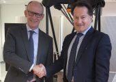 Rainer Lotz (rechts) begrüßt Heiko Müller. (Bildquelle: Renishaw)