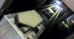 Das Steuerungs- und Getriebegehäuse aus PA6GF30 wird in die Schweißanlage eingefahren. Das helle Oberteil ist für das Laserlicht transparent, das Unterteil absorbiert die Laserenergie. Der Fügevorgang dauert 3-4 Sekunden. (Bildquelle: Evosys)