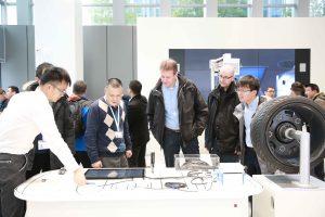Im Ausstellungsraum im Eingangsbereich ist es Anwendern möglich die Produkte von Kistler kennenzulernen und zu prüfen. (Bildquelle: Kistler Gruppe)