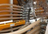 Zur Materialverteilung fahren die pneumatischen Schieber des Navigators die gewünschte Material- und die Maschinenleitung in der Mitte zusammen. Die Leitungen werden für die Dauer des Materialtransports direkt miteinander verbunden.
