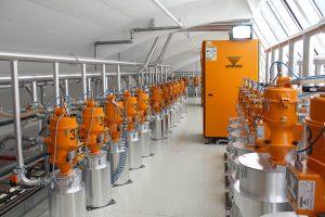 Die zentrale Anlage zur Granulattrocknung ist auf einer großzügigen Bühne installiert. Insgesamt drei Trockenlufttrockner versorgen 38 Trocknungsbehälter mit einer Trockenluftmenge von insgesamt bis zu 1600 m³/h.