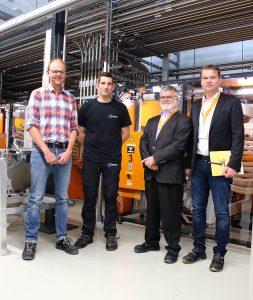 (v.l.n.r.) Frank Breunig und Thorsten Köhler von P&G Braun mit Joachim Jost und Eugen Oster von Koch-Technik vor den Navigatoren der neuen Materialversorgungsanlage.