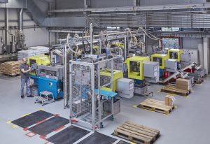 Blick in die Produktionshalle 2 auf die kompakten Spritzgießautomaten mit komplett eingehauster Automation. (Oskar Lehmann & Dr. Boy)