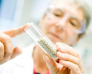 Röntgensichtbares Kunststoffmaterial in Implantatqualität auf Basis von Polyetheretherketon. (Bildquelle: Evonik)