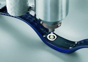 Wasserabweisende Plasma-Plus-Beschichtung von Batteriekontakten im Kunststoffgehäuse eines medizinischen Armbands. (Bildquelle: Plasmatreat)