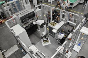 Ein Besuchermagnet war die Weltpremiere der AM Factory. Hier war zu erleben, welchen Mehrwert der Freeformer 300-3X für das Additive Manufacturing mit vollautomatisierten und IT-vernetzten Fertigungszellen bietet. (Bildquelle: Arburg)