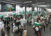 Zu den Arburg Technologie-Tagen kamen vom 13. bis 16. März über 6.000 geladene Gäste aus 54 Ländern nach Loßburg. Allein im Kundencenter waren rund 35 Maschinen-Exponate zu sehen. (Bildquelle: Arburg)