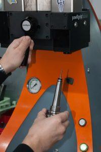 Kurze Wechselzeiten: Der Fräser wird mit der Wechselmaschine hydraulisch in die Spannzangen-Aufnahme gepresst und aus ihr auch wieder herausgezogen.