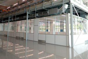 Große Fenster und LED Beleuchtung sorgen im 560 qm großen Reinraum Clean-Medi-Cell für viel Helligkeit. (Bildquelle: Hamilton)