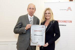 Helmuth Kubin (Firmengründer & Wirtschaftsbeirat Europlast Kunststoffbehälterindustrie) erhält von Monica Rintersbacher (Geschäftsführerin Leitbetriebe Austria) das Zertifikat. (Bildquelle: Sabine Klimpt)