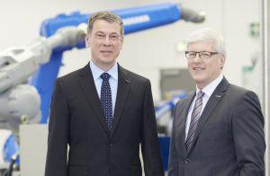 In der Geschäftsführung der Yaskawa Europe folgt Bruno Schnekenburger, bisher COO, als President & CEO auf Manfred Stern (rechts). (Bildquelle: Yaskawa)