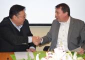 Richard Yan, CEO Yizumi, und Dr. Christof Bönsch, CEO Frimo (rechts), nach der Unterzeichnung des Kooperationsvertrags. (Bildquelle: Yizumi)