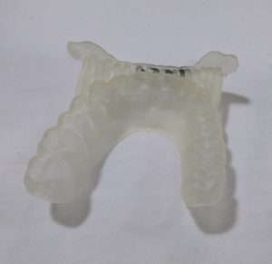 Eine aus dem entwickelten Harz gedruckte Zahnschiene. (Bildquelle: Universität Leoben)