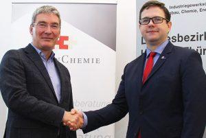 Thomas Wedekind (links), Verhandlungsführer der Arbeitgeberseite, und Philipp Mundt, Verhandlungsführer der IG BCE. (Bildquelle: Hessen Chemie)