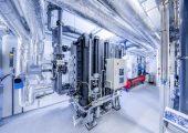 Die Absorptionskältemaschine wird im Sommer vom hauseigenen Blockheizkraftwerk mit Wärme versorgt.