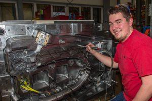 Hoch komplexe Werkzeuge sind die Spezialität des Denkendorfer Unternehmens, wie Wisa-Mitarbeiter Franz Schneider demonstriert. (Bildquelle: Wisa Werkzeug- und Formenbau)