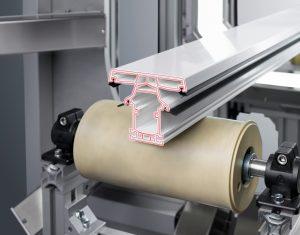 Das System prüft die Innengeometrie und Klemmmaße geschnittener Kunststoff- und Metallprofile direkt hinter der Schneideeinheit der Extrusionslinie und misst erstmals auch Rezyklat-Anteile. (Bildquelle: Pixargus)