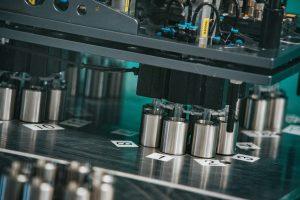 Die Spritzteile werden von einem Sechs-Achs-Roboter kavitätenbezogen abgelegt und mit Druckluft über Schläuche direkt in den Reinraum zum Weiterbearbeiten gefördert. (Bildquelle: Polar-Form)