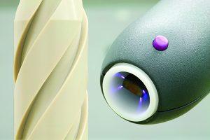 PEEK Implantat während der Plasmabehandlung. (Bildquelle: Relyon Plasma)