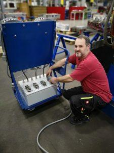 Über einen selbstgebauten Adapter-Kasten wird bei Wisa der Heißkanalregler mit dem zu prüfende Heißkanalsystem verbunden. (Bildquelle: Ralf Mayer, Redaktion Plastverarbeiter)
