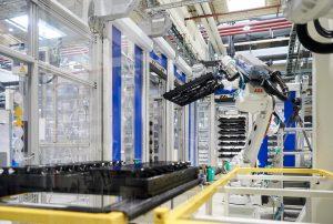 Der Roboter legt die Jigs mit den lackierten Teilen zurück in den Transportwagen. (Bildquelle: Jochen Kratschmer)