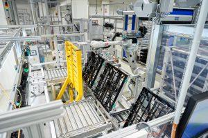 Der Roboter versorgt den Kontrollplatz der lackierten Teile mit Jigs. (Bildquelle: Jochen Kratschmer)