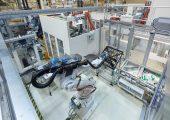 Blick in die Automatisierungszelle an einer Spritzgießmaschine. (Bildquelle: Jochen Kratschmer)