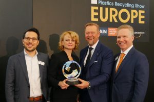 Preisverleihung in Amsterdam: Dr. Manica Ulcnik-Krump, Interseroh, und Michael Heitzinger, Erema, nehmen den Award entgegen. (Bildquelle: Alba-Group)