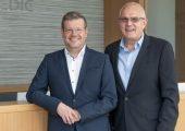 Stefan Seuferling (links), der neue Vorstandsvorsitzende und Martin Bayer, CEO und Präsident der US-Gesellschaft bilden die neue Führungsspitze bei Raumedic. (Bildquelle: Raumedic)